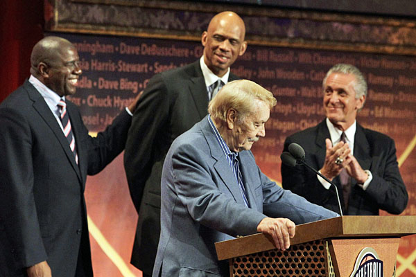 Jerry Buss speaks during the Hall of Fame ceremony.