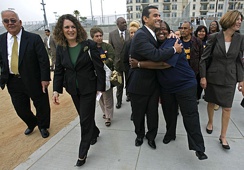 Mayor Antonio Villaraigosa hugs parent Shirley Ford en route to a news conference in May announcing changes in the L.A. Unified board. He's accompanied by Richard Vladovic, left, Marlene Canter and Tamar Galatzan, right.