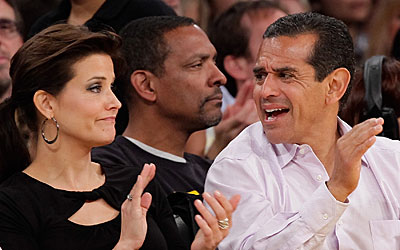 Los Angeles Mayor Villaraigosa sits court side with his girlfriend Lu Parker.