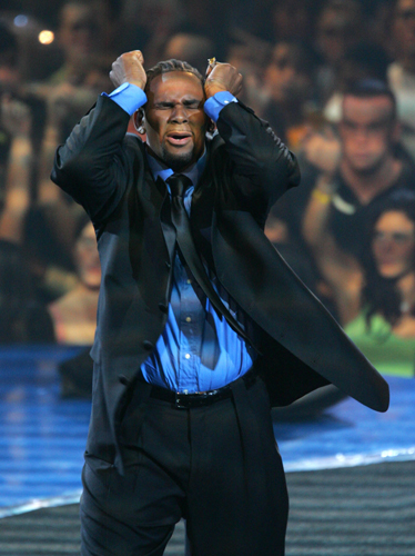 R. Kelly performs on stage during the 2005 MTV Video Music Awards.