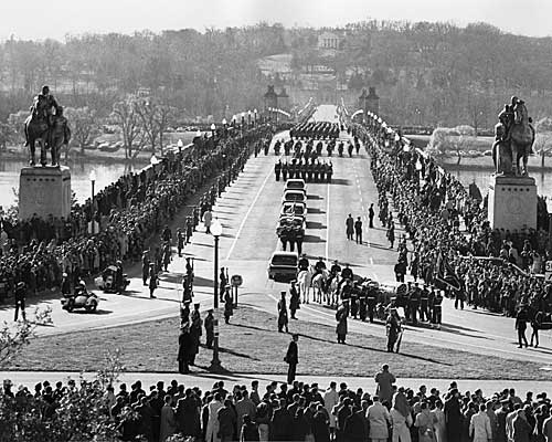 The horse-drawn caisson bearing the body of the late president turns into Memorial Bridge on the way to Arlington National Cemetery.