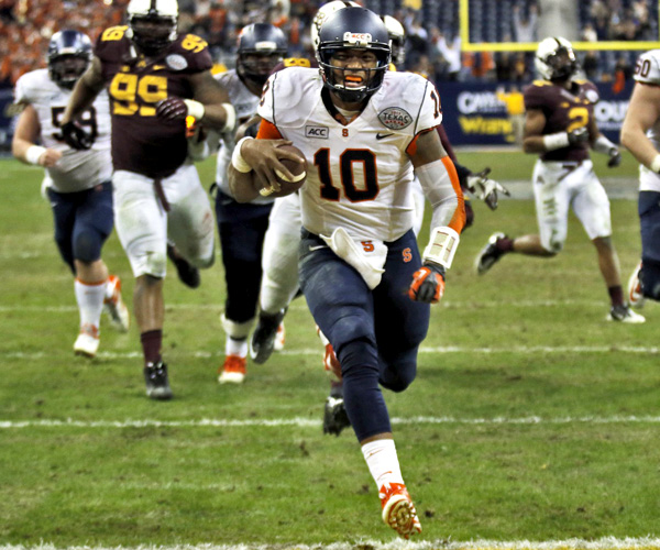 Syracuse quarterback Terrel Hunt dashes to the end zone on a 12-yard run late in the fourth quarter to give the Orange a 21-17 victory over Minnesota at Reliant Stadium in Houston.