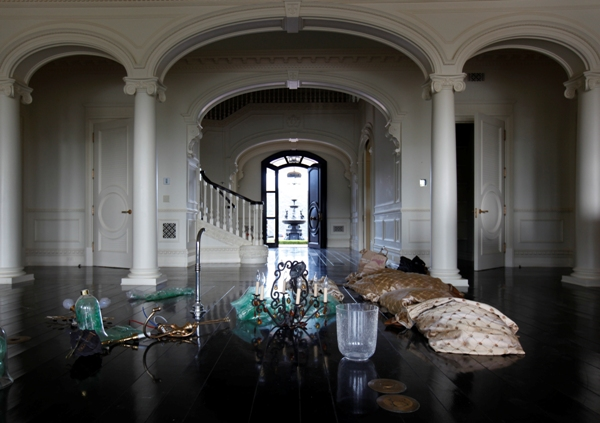A chandelier sits in the vacated mansion of former baseball player Lenny Dykstra in 2010. Dykstra, who purchased the home from Wayne Gretzky in 2007, lost the home to foreclosure.