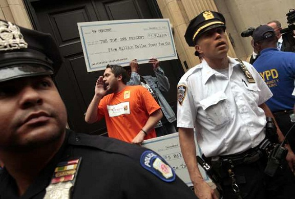 "The ""Millionaires March"" in New York stopped at the home of hedge fund billionaire John Paulson in Manhattan. (Oct. 11, 2011)"