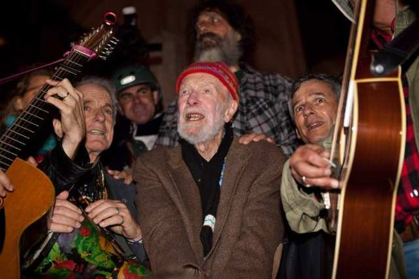 Pete Seeger iss accompanied by his grandson, Tao Rodriguez-Seeger, and Arlo Guthrie, Tom Chapin and David Amram.