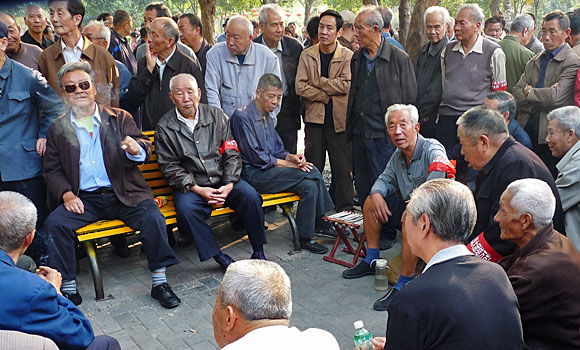 Elderly Chinese at a park in Zhengzhou gather to show support for Occupy Wall Street protesters. (Oct. 8, 2011)