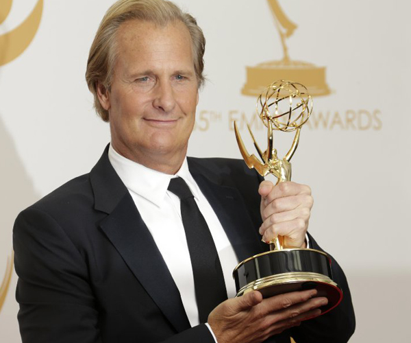 "Jeff Daniels of HBO drama ""The Newsroom"" grips his Emmy."