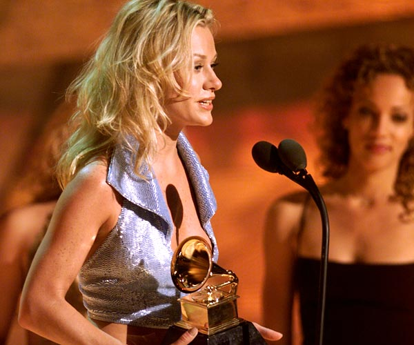 Shelby Lynne wins for best new artist at the 43rd Grammy Awards in Los Angeles.